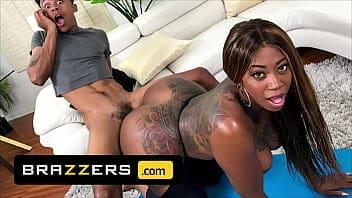 Lil D joue avec le gros cul de Victoria Cakes